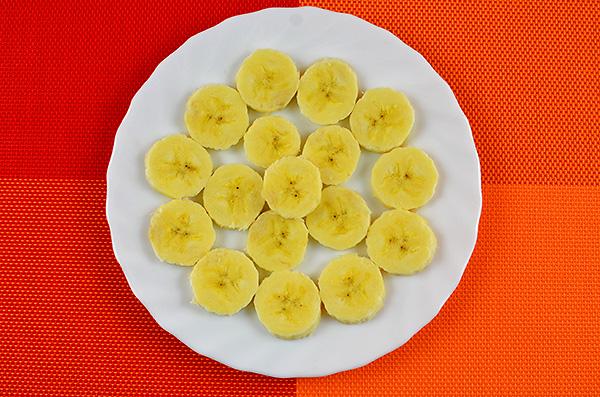 Вітамінний фруктовий салат з гарбузом, бананом, яблуком, ківі та родзинками