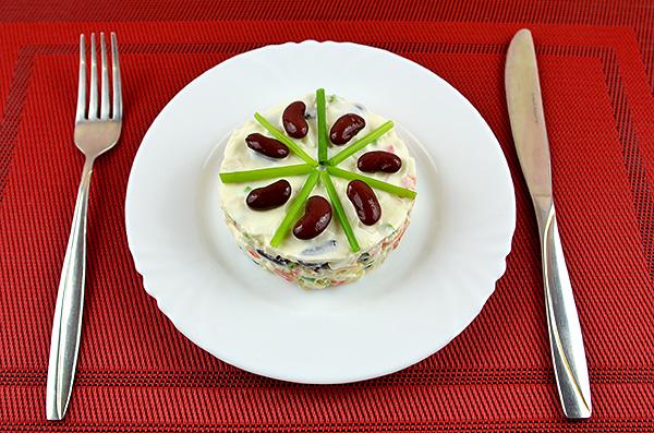 Ніжний салат із червоної квасолі, крабових паличок, яєць та зеленої цибулі