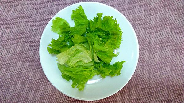 Ситний салат з курячим філе, твердим сиром, помідорами, огірком та грінками