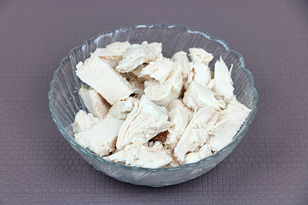 Поживний салат із курятини, твердого сиру, свіжого огірка, помідорів, цибулі порей, кукурудзи, яйця