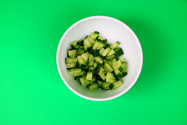 Легкий салат з твердого сиру, огірків, перцю, кукурудзи, шампіньйонів та лимону
