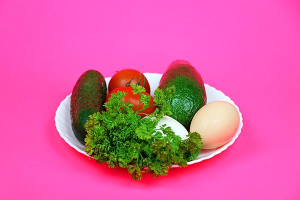 Корисний овочевий салат з авокадо, помідорів, яєць, огірка та петрушки