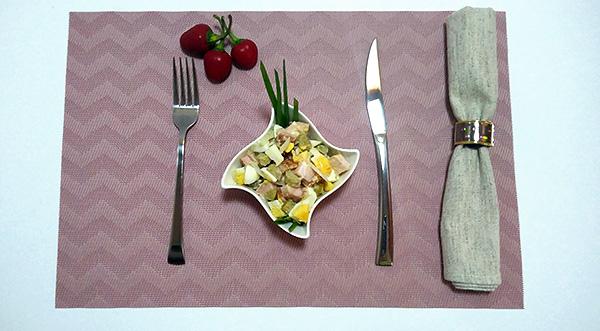 Пікантний салат з копченою куркою, яйцями, кислими огірками та цибулею
