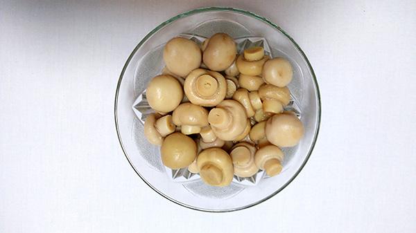 Новорічний салат з печінки, маринованих грибів, квасолі та моркви