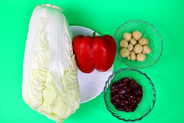 Соковитий салат із пекінської капусти, солодкого перцю, шампіньйонів та квасолі